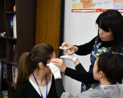 眉毛を整える実習