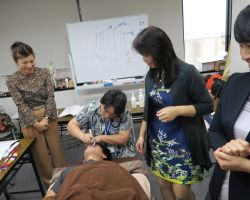 顔の排酸術実習中